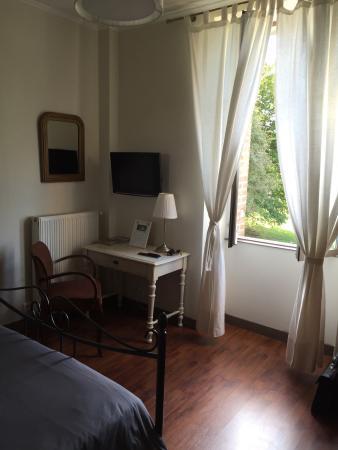 Berneuil, France : Chambre spacieuse  !!! Et très propre !!! Avec une vue magique !!!