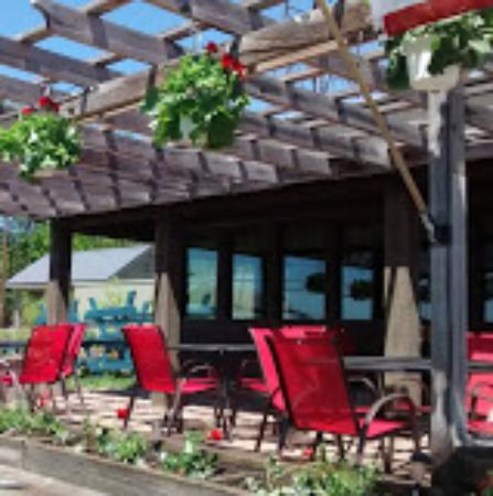 Acton, ME: The 109 front patio / restaurant