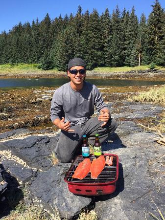 Afognak Wilderness Lodge: Fresh salmon cookout Afognak