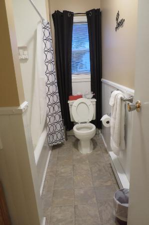Colby House Bed & Breakfast: Badezimmer - School Suite