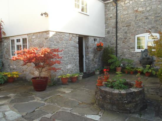 Wick St. Lawrence, UK: Entrance to Courtyard Cottage