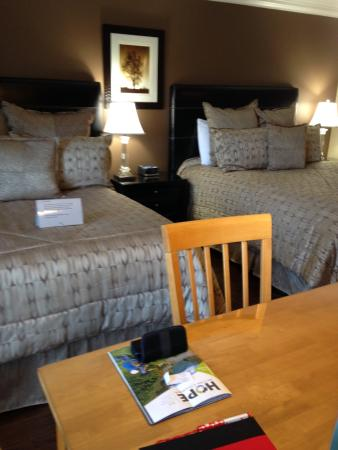 Evergreen B & B: Two Queen Beds