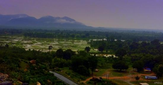 Purulia, Indien: The Ayodhya Hill top on the clouds by the horizon