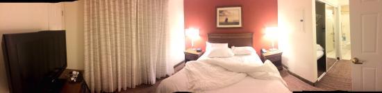 Residence Inn Saratoga Springs: Bedroom and hall to bathroom