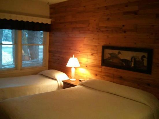 Greenville, CA: Room 9 with white bedspreads