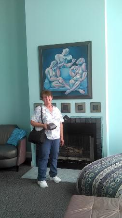 Kelleys Island, Ohio: Wife in living room. Beautiful art work and fireplace.