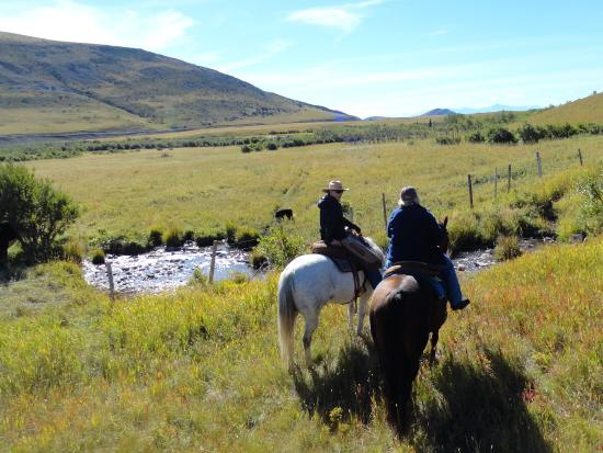 Pincher Creek, Καναδάς: Riding side by side