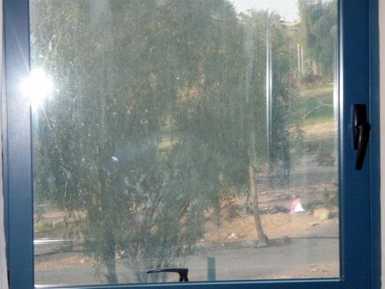 Central Park Eilat: חלון מטונף, אך מבודד חום ורעש.  החדר במלון רימונים סנטראל פארק אילת