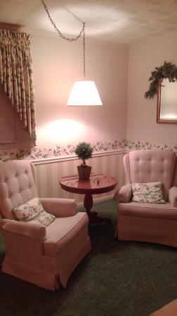 Azalea Garden Inn: Sitting area