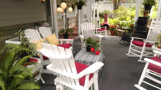 Azalea Garden Inn: Patio area