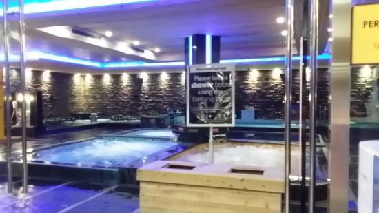 College Point, NY: Sous sol, bassins à remous hommes et femmes séparés