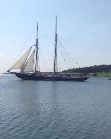 Lunenburg, Canadá: Bluenose 2 leaving Harbour, for steering gear trials