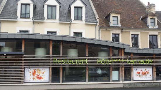 Ivan Vautier Hotel: Voorkant van het hotel. Het houtwerk mag wel een verfbeurt hebben