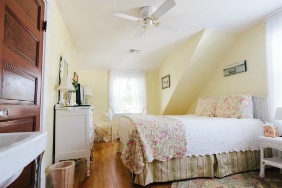 Leisure Inn: The Yellow Room