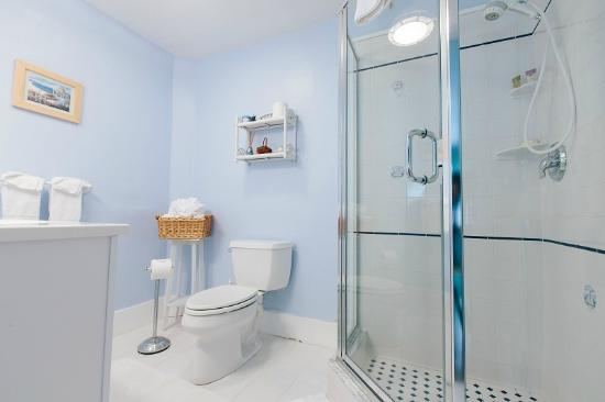 Leisure Inn: Blueberry Room Bath