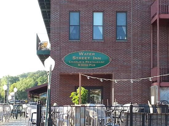 Water Street Inn: View of the outdoor seating for Charlie's & the Hotel