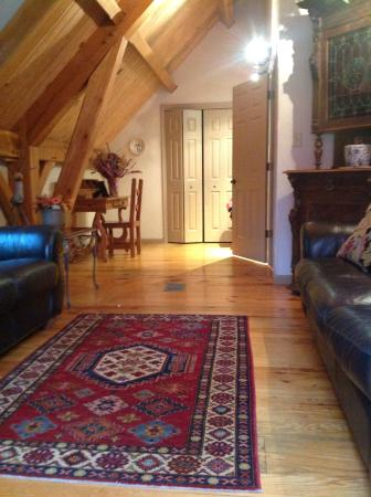 Shadow Mountain Escape : Beautiful living room upstairs, leading to the deck.