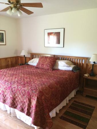 South Meadow Farm Lodge: Maple Room's King Bed!