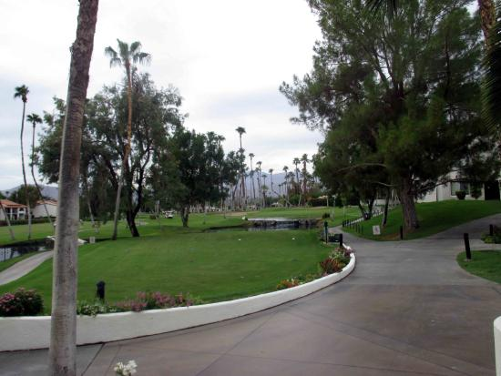Omni Rancho Las Palmas Resort & Spa: Looking down the golf course