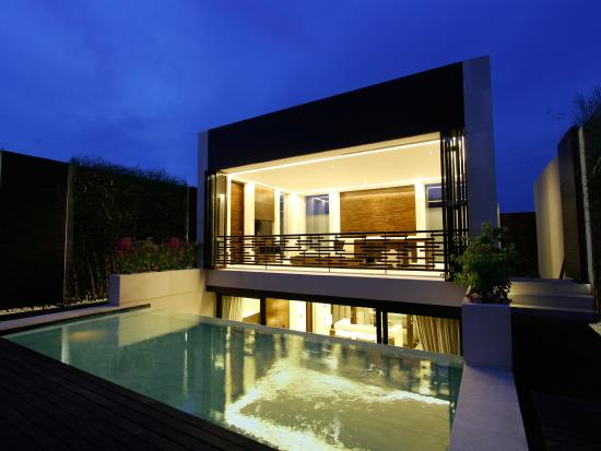 eqUILIBRIA SEMINYAK - Waterfall Villa - Night View