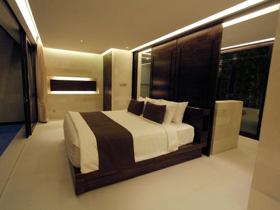 eqUILIBRIA SEMINYAK - Waterfall Villa - BedRoom - Night View