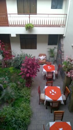 Antawasi Hotel: patio del hotel, mesas para desayunar