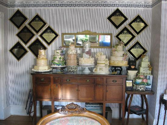 The Pettigrew Inn: Cake display