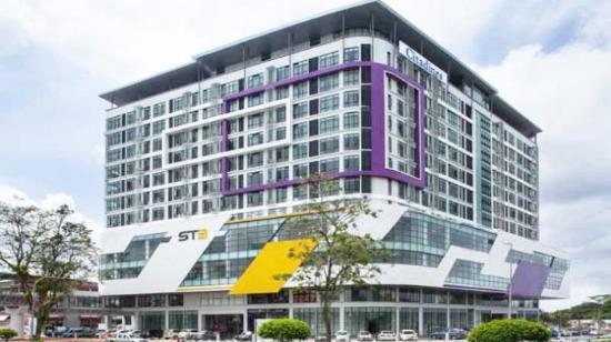 Citadines Uplands Kuching: View of Hotel Citadines from the road