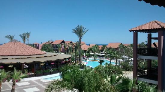 Aldiana Cyprus: Blick auf den Pool von der Terrasse aus