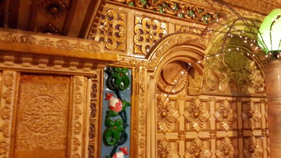 Masjid Tiban: Ornamen di salah satu sisi bangunan