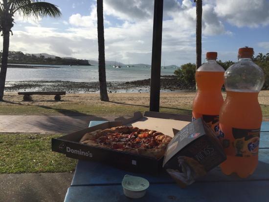 Domino's Pizza: Riquisimas y puedes comer frente a la playa..