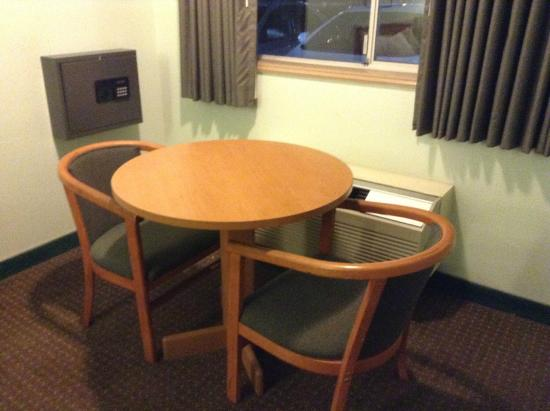 Travelodge Seattle North of Downtown: Table and chairs.