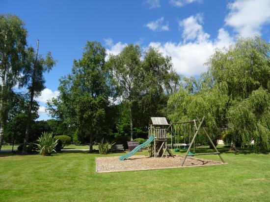 Alpine Park Cottages: Spacious grounds for the the children to play