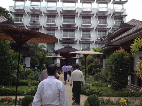 Notre chambre avec vue jardin picture of yadanarpon for Chambre avec vues