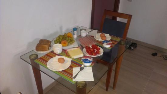 Aparthotel Napols: Стол в гостиной
