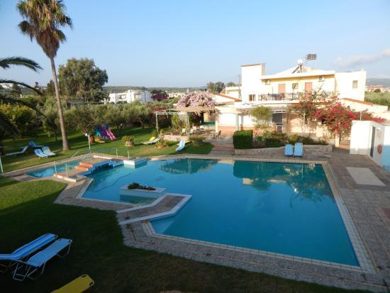 Lycasti Maisonettes: πισίνα