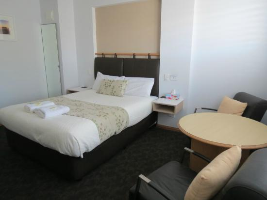 Gale Street Motel & Villas: Bed and lounge area