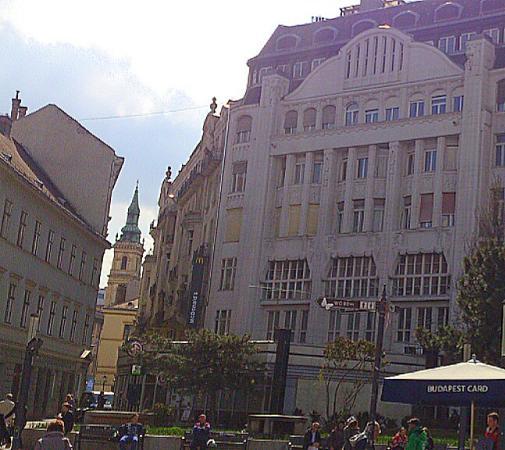 Belvarosi Szent Anna Templomigazgatosag : Budapest - Belvárosi Szent Anna Templom - at the end of the alley you see the church spire