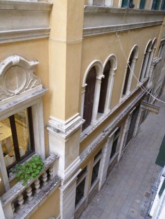 Hotel Malibran: вид из окна номера
