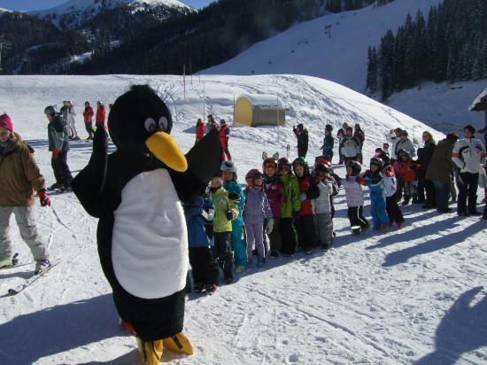Innerkrems, Австрия: Spaß mit BOBO dem Pinguin.
