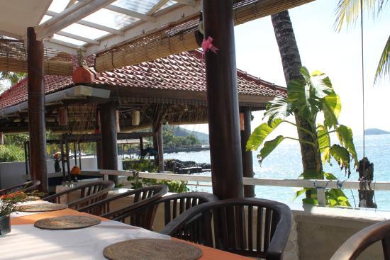Anom Beach Inn Bungalows: Ресторан на берегу