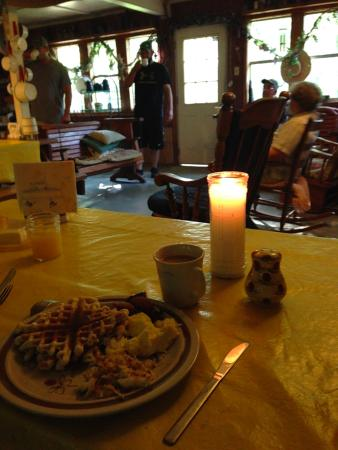 Wildlife Gardens Bed and Breakfast and Swamp Tours: Breakfast