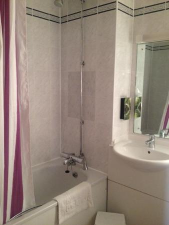 Premier Inn St. Neots (A1/Wyboston) Hotel: Fab clean spacious bathroom