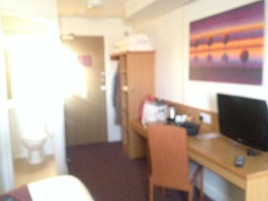 Premier Inn St. Neots (A1/Wyboston) Hotel: spacious tidy, modern room