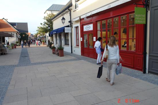 Nearby shopping center picture of val d 39 europe shopping - Val d europe village horaire ...