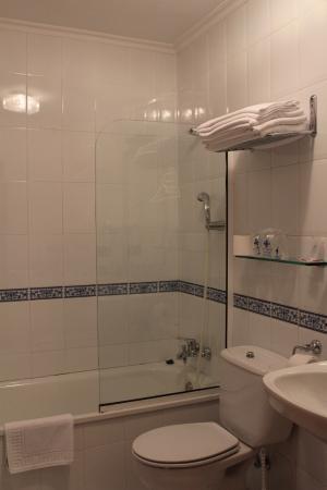 Hotel Naranjo de Bulnes: ванная комната в нашем номере
