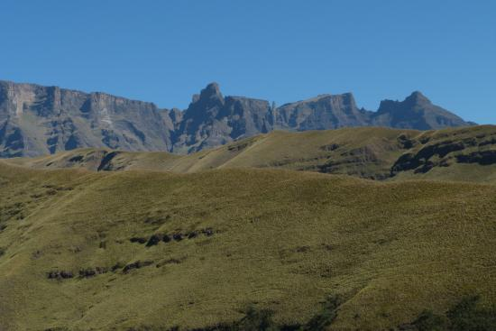 uKhahlamba-Drakensberg Park, Sudáfrica: The Ape, Old Woman Grinding Corn and other Injisuthi mountains