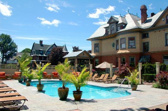 Union Gables Mansion Inn : Heated pool at Union Gables Inn