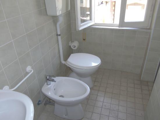 Bagno camera quadrupla completo di bidet wc lavandino e box