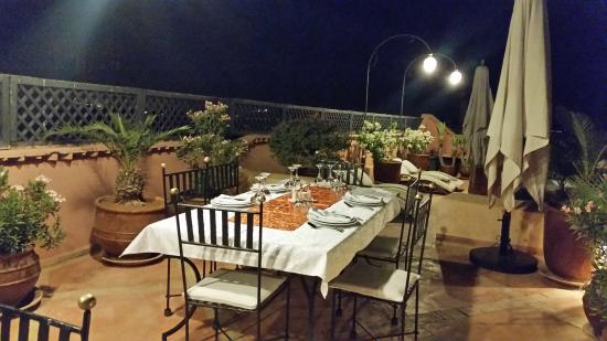 Riad l'Orangeraie: A terrific meal is about to be served on the beautiful rooftop terrace.